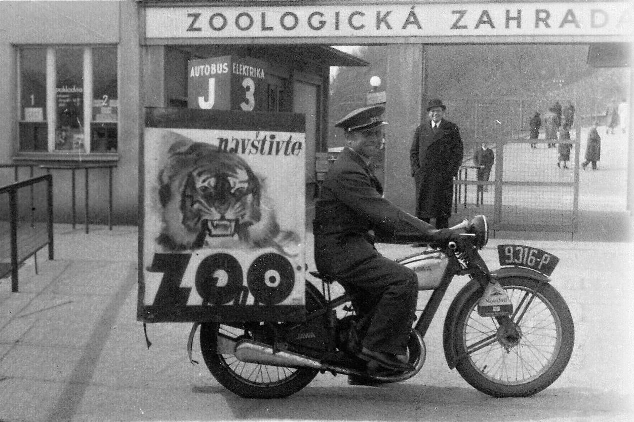 Na oslavách 90. výročí otevření Zoo Praha nebudou chybět ani historické motocykly s dobovou reklamou. Zdroj: archiv Zoo Praha