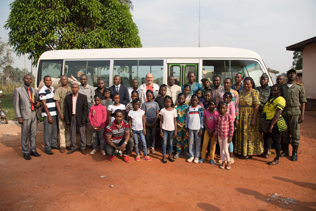 A group photo just before the Wandering Bus set off. Besides the sixteen children, there are also their escorts – Bernadette Munyonga, Remi Amba Langoul, Fabrice Nyebe, Jocelyn Ewane Aubery – and the local representatives. They, along with the parents and school heads, give the Wandering Bus permission to make its journeys. The first official journey of the new Wandering Bus started in Messamena on Wednesday, February 6th, 2019, at 5:30 pm.