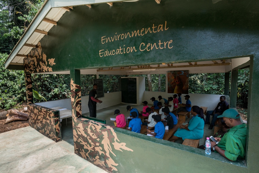 The Wandering Bus has reached the main destination of its journey – the Mefou Primate Sanctuary – and the children first go through a training program. They studiously take notes, as Jocelyn not only organizes the Wandering Bus journey, but he also tries to ensure the kids get as much from it as possible. So, he also tests them on what they've learnt. In the future, all the project's participants, as well as their classmates, should have the opportunity to further expand their knowledge in local eco-clubs.
